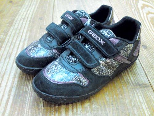 GEOXの子供靴には、取り外し可能なレザー製のインソールがセットされています。この事で、履くごとに靴自信が足に馴染むように設計、靴の臭いの原因のバクテリアの繁殖