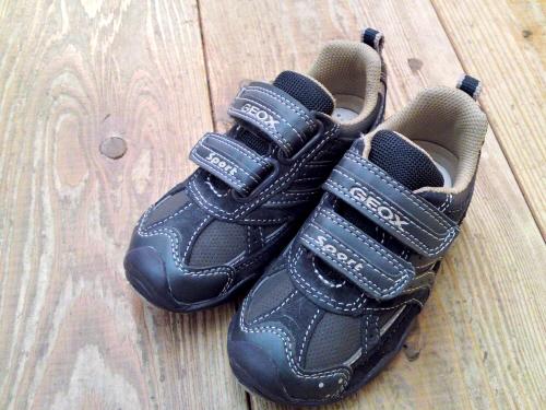 軽い靴や柔らかすぎる靴が本当に、子供の足に優しい子供靴ですか。ホントはお子さんの足型に近い靴ではないですか。そんな声も聞こえてきそうな、イタリアの GEOX。
