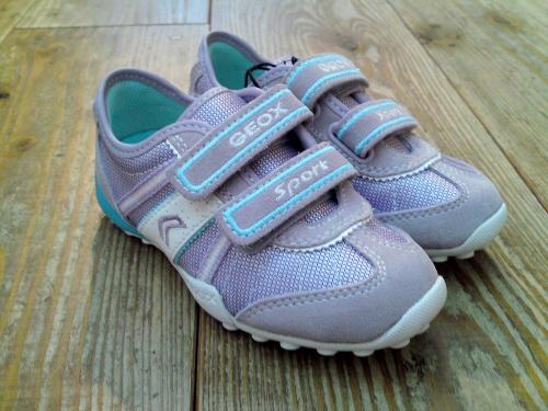 男の子のモデルだけでなく、女の子のモデルも入荷のGEOXです。ほんとヨーロッパでは、スタンダードで人気の子供靴。これからの時期、靴の中が蒸れにくく、快適にそして